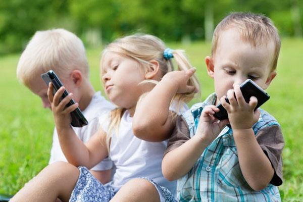 Dipendenza da smartphone e videogiochi: 10 cose che i genitori devono ASSOLUTAMENTE sapere